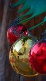Weihnachtsdekoration, Rote und Gelbe Bälle Stockfoto