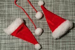 Weihnachtsdekoration Sankt roter Hut auf grauem Gewebehintergrundabschluß oben stockfotos