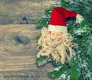 Weihnachtsdekoration Santa Claus mit rotem Hut Abbildung der roten Lilie Lizenzfreie Stockfotos