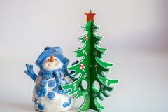 Weihnachtsdekoration: Schneemann- und Weihnachtsbaum lizenzfreies stockfoto