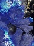 Weihnachtsdekoration, silberner Ball und der weiße Baum Stockfotos