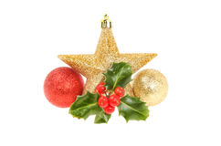 Weihnachtsdekoration spielt Bälle und Stechpalme die Hauptrolle Stockfoto