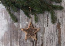 Weihnachtsdekoration, -stern und -nadelbaum des Tannenbaums auf strukturiertem Stockfoto