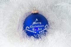 Weihnachtsdekoration und blaue Kugel lizenzfreies stockbild