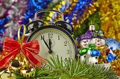 Weihnachtsdekoration und -borduhr Stockfoto