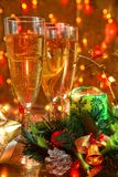 Weihnachtsdekoration und -champagner. Stockfotos