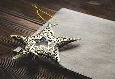 Weihnachtsdekoration und ein leeres Blatt Papier Kraftpapier Stockfotografie