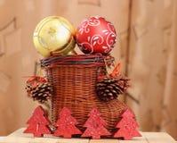 Weihnachtsdekoration und eine Gittermatte Lizenzfreie Stockfotografie