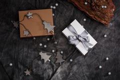 Weihnachtsdekoration und -Geschenkboxen über grauem Hintergrund über Stockbild