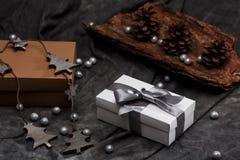 Weihnachtsdekoration und -Geschenkboxen über grauem Hintergrund Stockfoto
