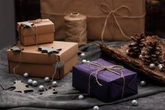Weihnachtsdekoration und -Geschenkboxen über grauem Hintergrund Lizenzfreies Stockbild
