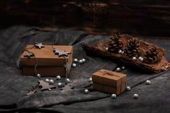 Weihnachtsdekoration und -Geschenkboxen über grauem Hintergrund Stockfotos
