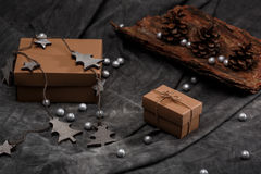 Weihnachtsdekoration und -Geschenkboxen über grauem Hintergrund Lizenzfreies Stockfoto