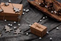 Weihnachtsdekoration und -Geschenkboxen über grauem Hintergrund Lizenzfreie Stockfotografie