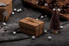 Weihnachtsdekoration und -Geschenkboxen über grauem Hintergrund Stockbilder