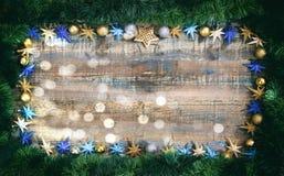 Weihnachtsdekoration und Girlande auf einem hölzernen Brett, Kopienraum Stockfoto