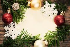 Weihnachtsdekoration und grüner Tannenzweig auf leerem Papier Lizenzfreies Stockbild