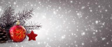 Weihnachtsdekoration und -schneefälle lokalisiert auf grauem Hintergrund Lizenzfreie Stockfotografie