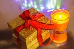 Weihnachtsdekoration unter farbigem defocused bakground Stockfoto