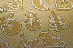 Weihnachtsdekoration von gingebreads auf einem hölzernen Brett Lizenzfreies Stockbild