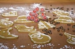 Weihnachtsdekoration von gingebreads auf einem hölzernen Brett Lizenzfreie Stockfotos