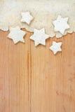Weihnachtsdekoration: Weiß spielt Plätzchen auf hölzernem Hintergrund die Hauptrolle Stockfoto