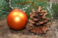 Weihnachtsdekoration, Weihnachtsball, rustikales hölzernes Brett lizenzfreie stockbilder