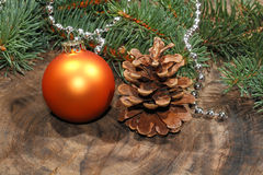 Weihnachtsdekoration, Weihnachtsball, rustikales hölzernes Brett lizenzfreie stockfotografie