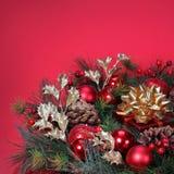 Weihnachtsdekoration. Weihnachtsbaumast mit roten runden Samenkapseln Stockbild