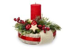 Weihnachtsdekoration - Weihnachtszusammensetzung gemacht vom Kranz, von den Kerzen und vom Weihnachtsdekorativen Zubehör lokalisi Lizenzfreie Stockfotos