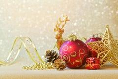 Weihnachtsdekorationen über Funkelnscheinhintergrund Stockfotos