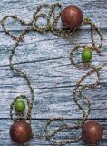 Weihnachtsdekorationen auf alten hölzernen Hintergrundplatten Stockbild