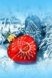 Weihnachtsdekorationen auf Blau Stockfoto