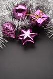 Weihnachtsdekorationen auf Blau Lizenzfreie Stockfotos
