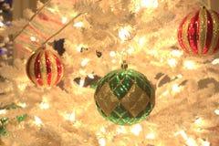Weihnachtsdekorationen auf dem Baum Lizenzfreie Stockfotos
