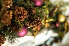 Weihnachtsdekorationen auf dem Kamin Lizenzfreie Stockfotos