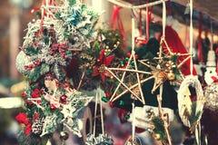 Weihnachtsdekorationen auf dem Markt Festliche Karte Weinlese Chris Stockfotografie