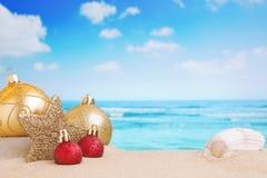 Weihnachtsdekorationen auf dem Strand Stockfotos