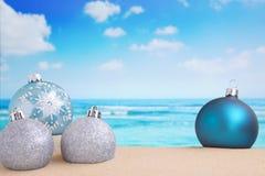 Weihnachtsdekorationen auf dem Strand, Ozean in der Rückseite Lizenzfreie Stockbilder