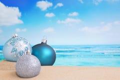 Weihnachtsdekorationen auf dem Strand, Ozean in der Rückseite Stockbild