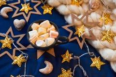 Weihnachtsdekorationen auf dem Tisch Stockfotografie