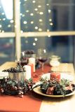 Weihnachtsdekorationen auf dem Tisch stockfoto