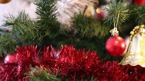 Weihnachtsdekorationen auf dem Weihnachtsbaum stock footage