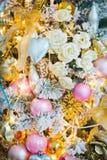 Weihnachtsdekorationen auf dem Weihnachtsbaum stockbild