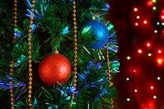 Weihnachtsdekorationen auf dem Weihnachtsbaum auf dem Hintergrund von stockbild