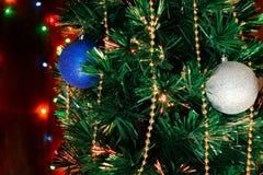 Weihnachtsdekorationen auf dem Weihnachtsbaum auf dem Hintergrund von lizenzfreie stockfotografie