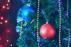 Weihnachtsdekorationen auf dem Weihnachtsbaum auf dem Hintergrund von farbigen Lichtern lizenzfreies stockbild