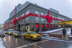 Weihnachtsdekorationen auf dem zentralen Universalkaufhaus Stockfotos