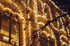 Weihnachtsdekorationen auf der Straße, buntes Feiertag bokeh beleuchtet Lizenzfreies Stockfoto