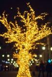 Weihnachtsdekorationen auf der Straße, buntes Feiertag bokeh beleuchtet Stockfotos